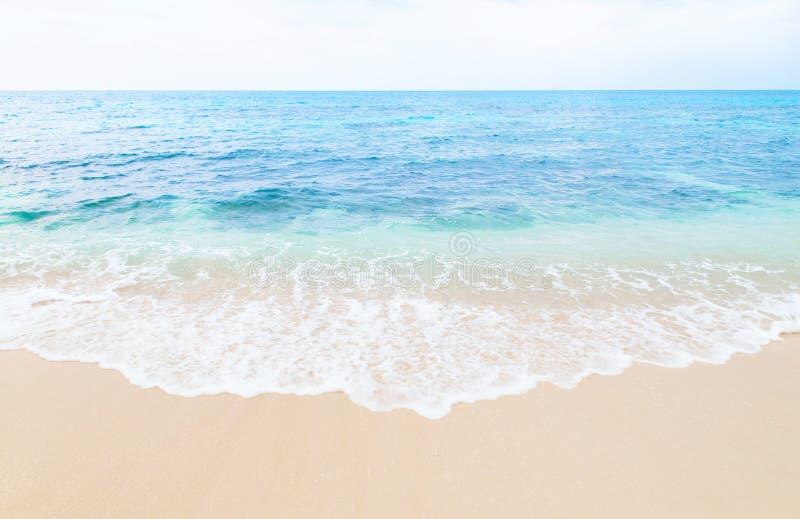 Bella spiaggia di sabbia di tocco dell'onda dell'isola di Miyako, Okinawa, Giappone fotografia stock libera da diritti