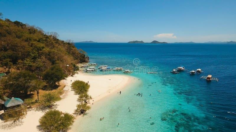 Bella spiaggia di vista aerea su una banana tropicale dell'isola filippine fotografia stock