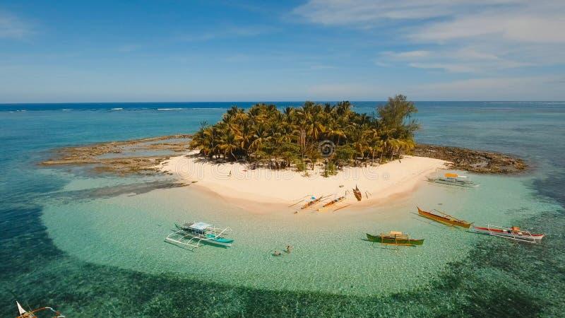 Bella spiaggia di vista aerea sull'isola tropicale Isola di Guyam, Filippine, Siargao immagini stock libere da diritti