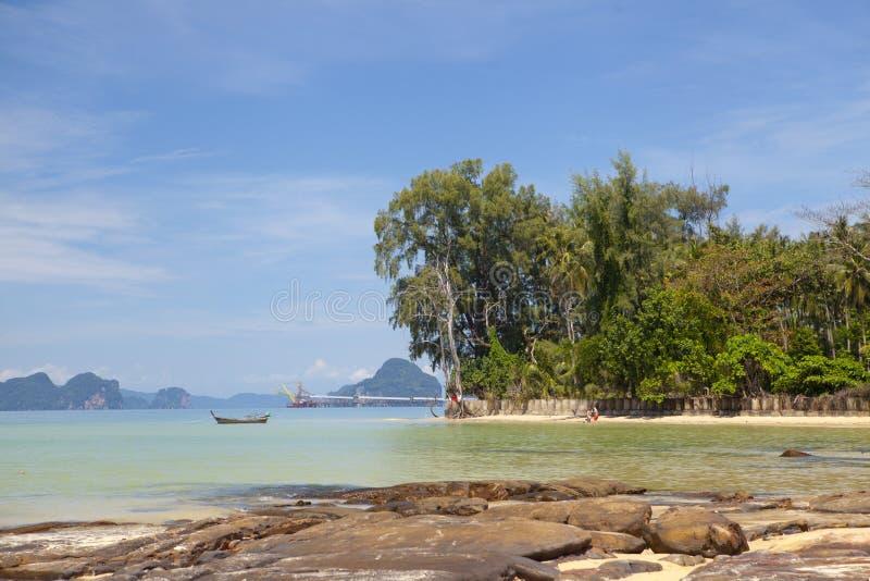 Bella spiaggia sabbiosa con la foresta tropicale Tailandia immagini stock