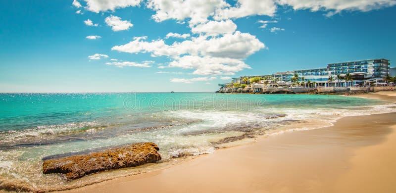 Bella spiaggia in st Maarten, i Caraibi immagini stock libere da diritti