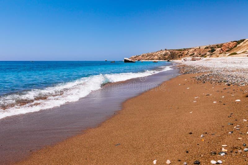 Bella spiaggia sul tou Romiou (la roccia del greco), il luogo di nascita leggendario in Pafo, isola di PETRA dell'Afrodite del Ci fotografia stock