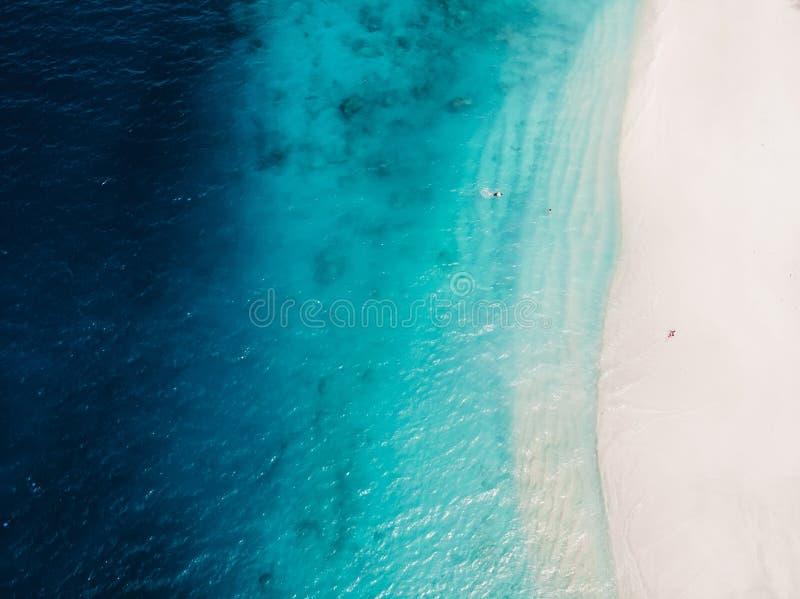 Bella spiaggia tropicale con l'oceano di cristallo del turchese, vista aerea immagine stock
