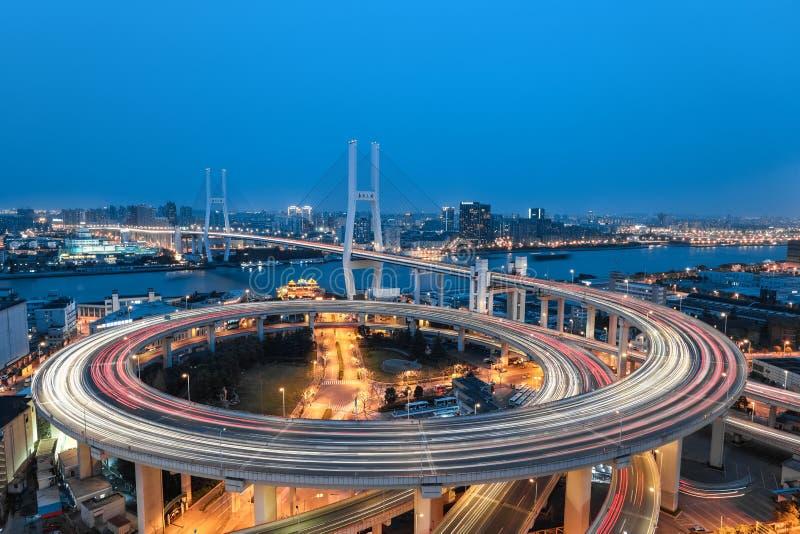 Bella spirale in un ponte di approccio della curva fotografie stock libere da diritti