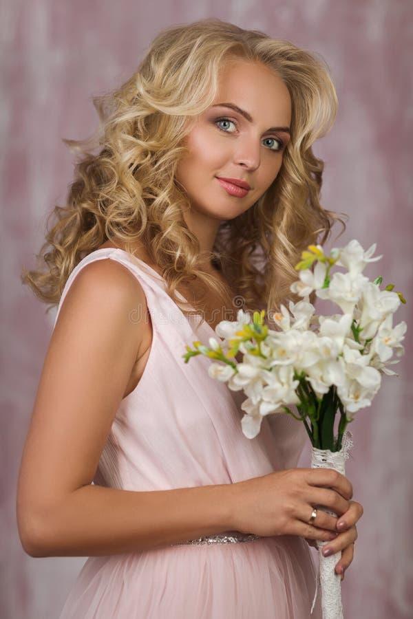 Bella sposa bionda riccia in vestito rosa splendido fotografie stock libere da diritti