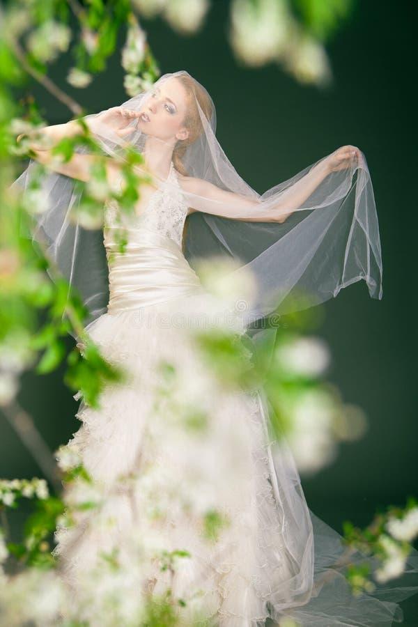 Bella sposa bionda vaga che cammina da solo nel immagine stock libera da diritti
