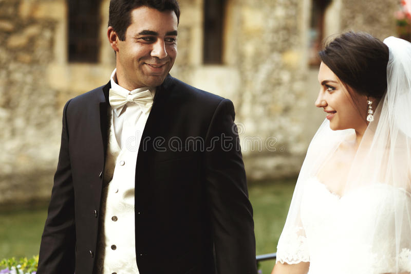 Bella sposa castana esotica splendida e posi bello dello sposo fotografia stock