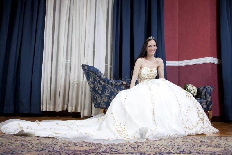 Bella sposa castana in hotel fotografia stock