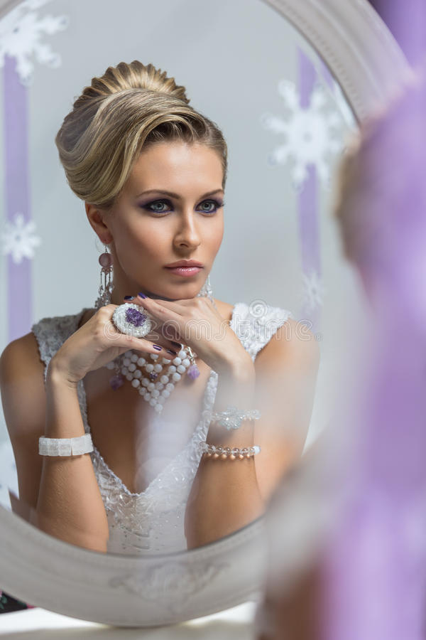 Bella sposa che guarda in specchio fotografia stock libera da diritti