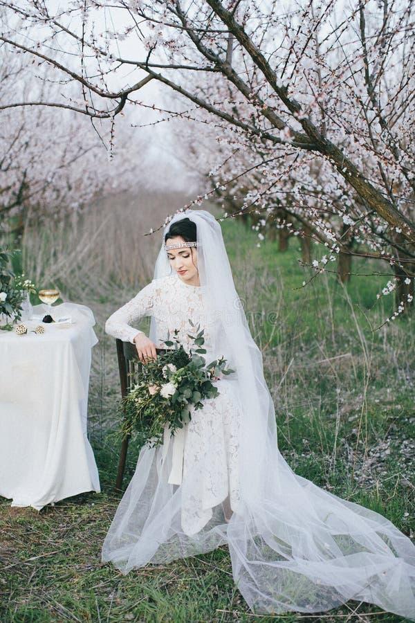 Bella sposa che si siede su una sedia fotografia stock libera da diritti