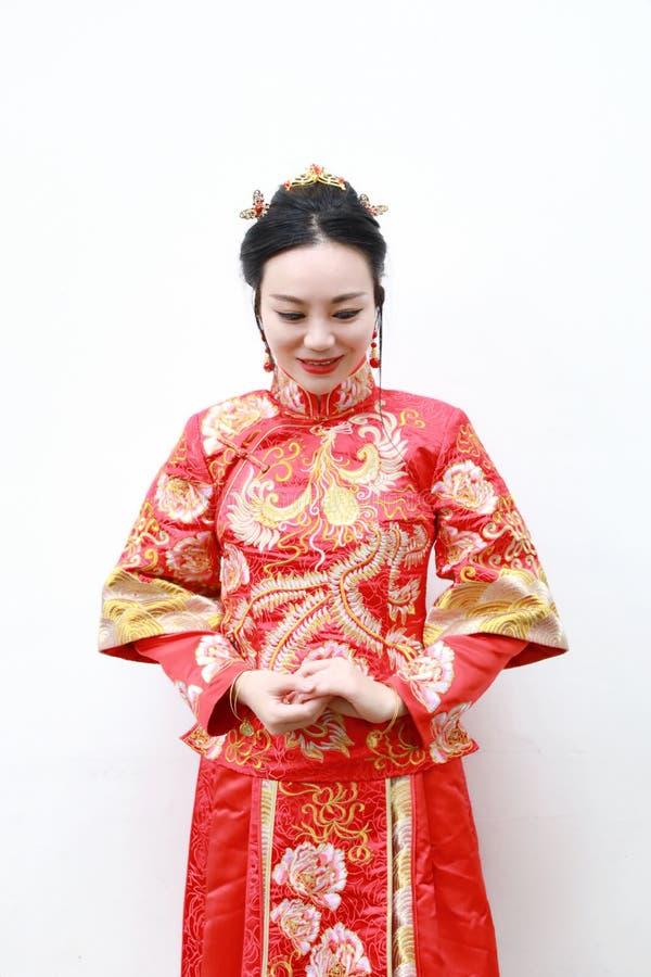 Bella sposa cinese asiatica graziosa con il vestito da sposa dal cinese tradizionale fotografia stock libera da diritti