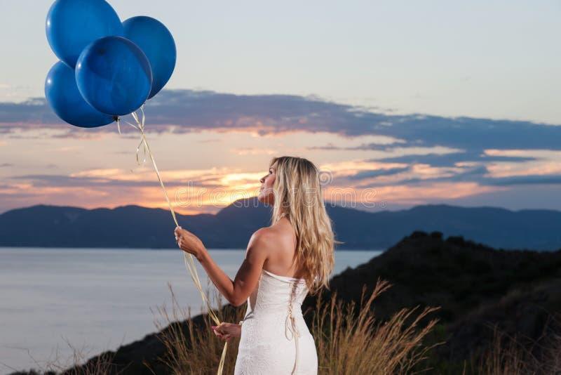 Bella sposa con i palloni immagini stock libere da diritti