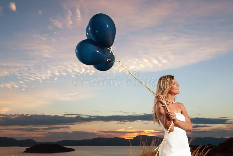 Bella sposa con i palloni fotografie stock libere da diritti