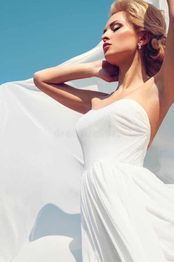 Bella sposa con l'acconciatura di cerimonia nuziale di modo immagini stock libere da diritti