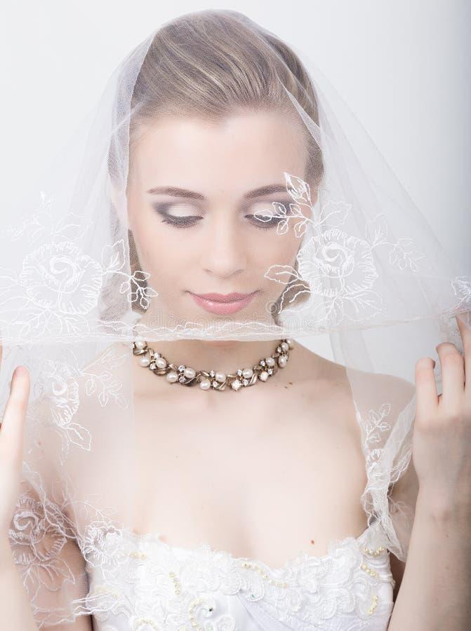 Bella sposa con l'acconciatura di cerimonia nuziale di modo Ritratto del primo piano di giovane sposa splendida nozze La ragazza  fotografia stock