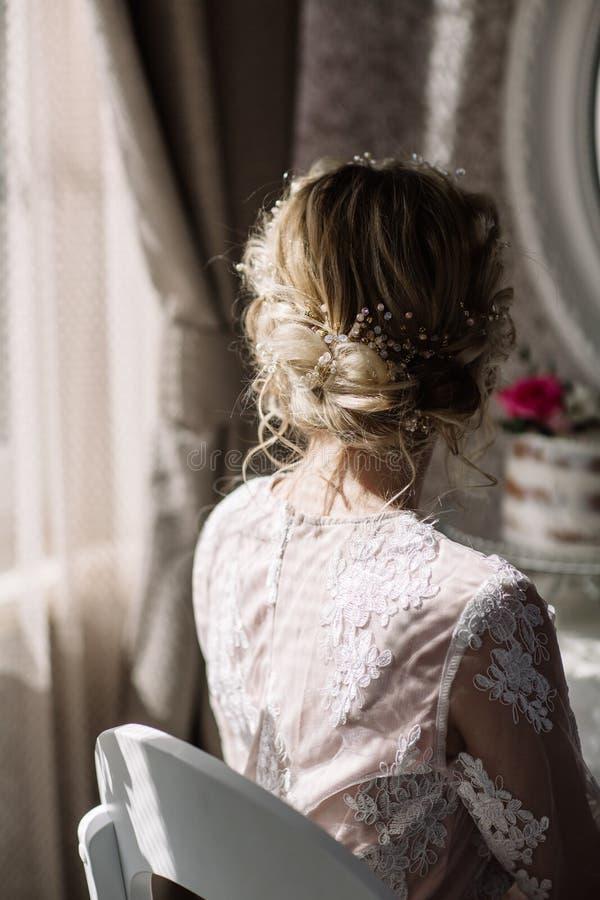 Bella sposa con l'acconciatura di nozze di modo - su fondo bianco fotografie stock libere da diritti