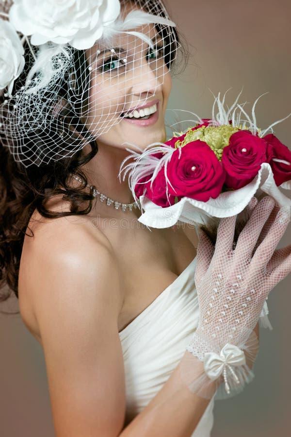 Bella sposa con le rose rosse. fotografia stock