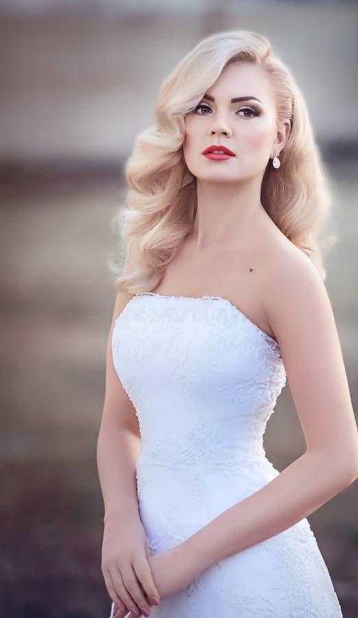 Bella sposa con trucco alla moda immagini stock libere da diritti