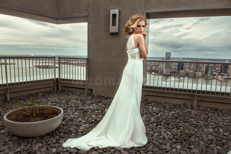Bella sposa del modello di moda in vestito da sposa fotografia stock libera da diritti