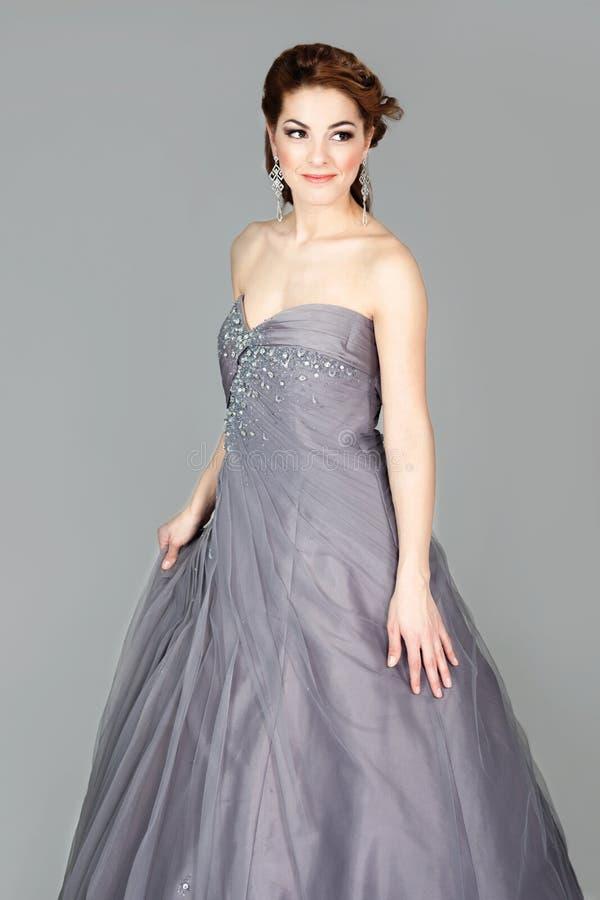 Bella sposa elegante nella posa grigia del vestito da sposa fotografia stock