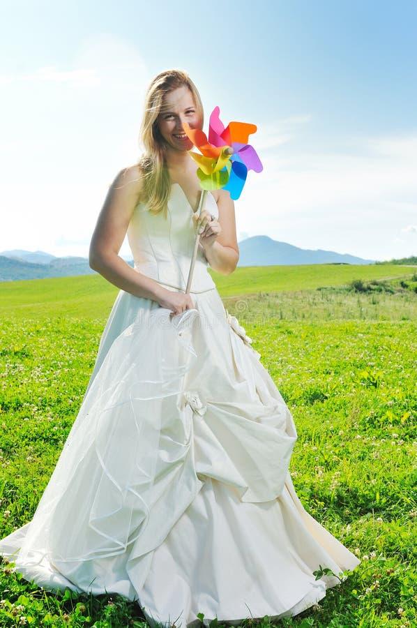 Bella sposa esterna fotografie stock libere da diritti