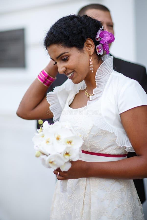 Bella sposa indiana felice dopo cerimonia di nozze. immagini stock