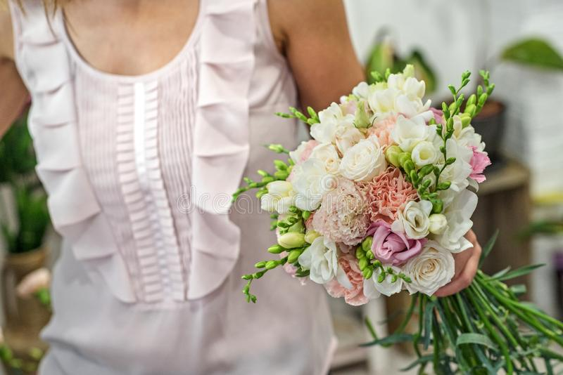 Bella sposa nell'interno barrocco di lusso Ritratto fotografie stock libere da diritti