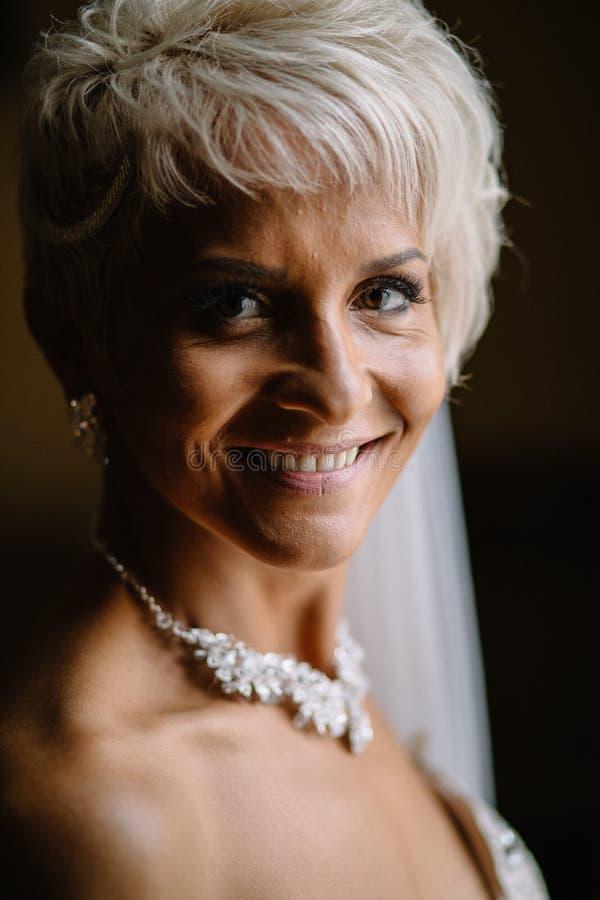 Bella sposa sexy in vestito bianco che posa sotto la tenda fotografie stock