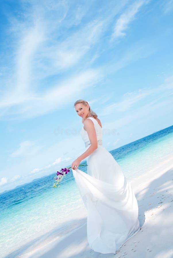 Bella sposa sulla priorità bassa tropicale del lato di mare fotografie stock libere da diritti