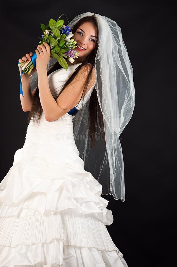 Bella sposa in un vestito da cerimonia nuziale fotografia stock libera da diritti