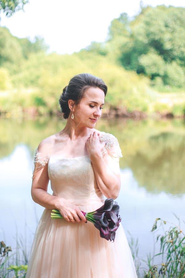 Bella sposa in vestito bianco d'annata che cammina nel parco Sposa alla moda splendida immagine stock libera da diritti