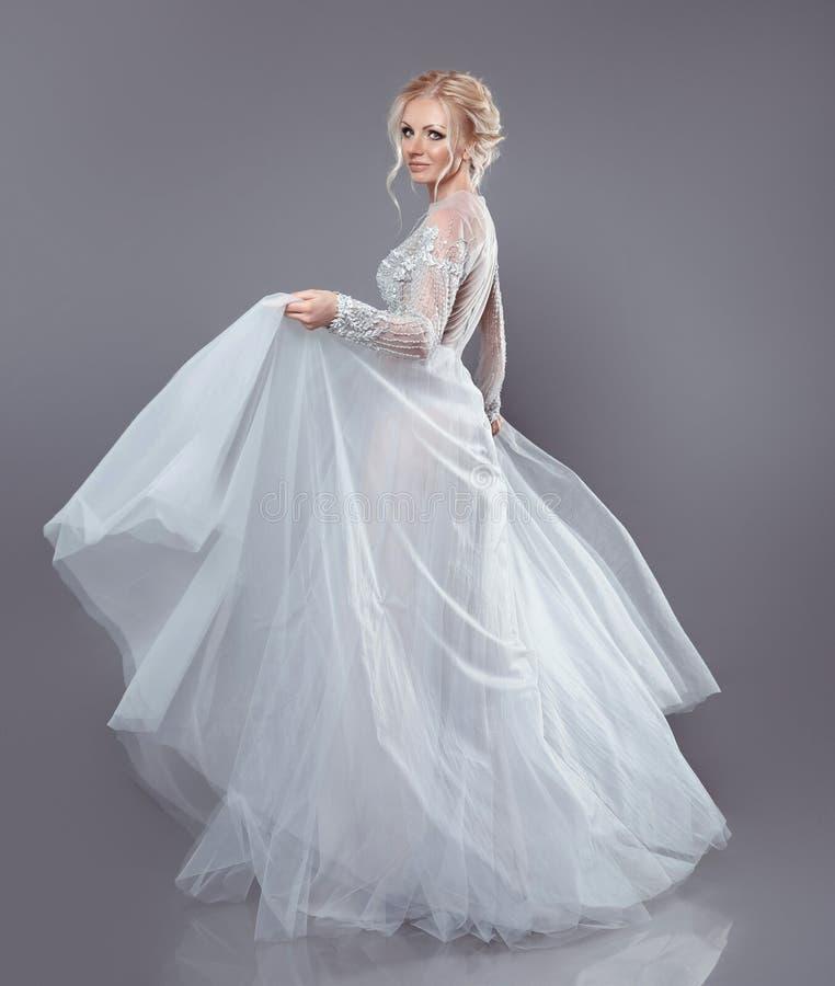Bella sposa in vestito chiffon scorrente da nozze, donna dentro lungamente immagini stock libere da diritti