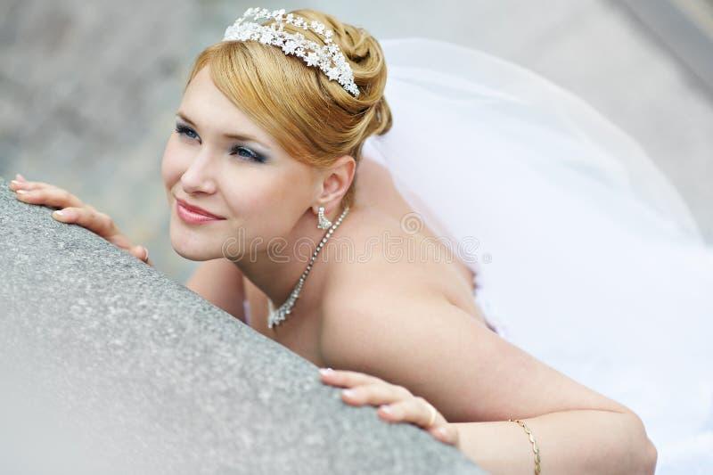 Bella sposa in vestito da cerimonia nuziale vicino al parapetto immagini stock