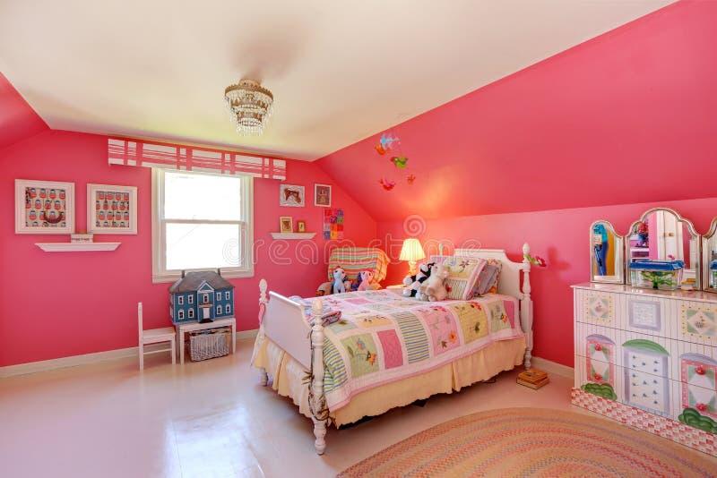 Bella stanza delle ragazze nel colore rosa luminoso immagine stock libera da diritti