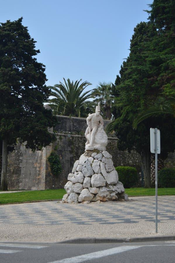 Bella statua dedicata al reggimento di fanteria nel 1707 e a 1809 in Cascais Fotografia della via, natura, architettura, immagini stock