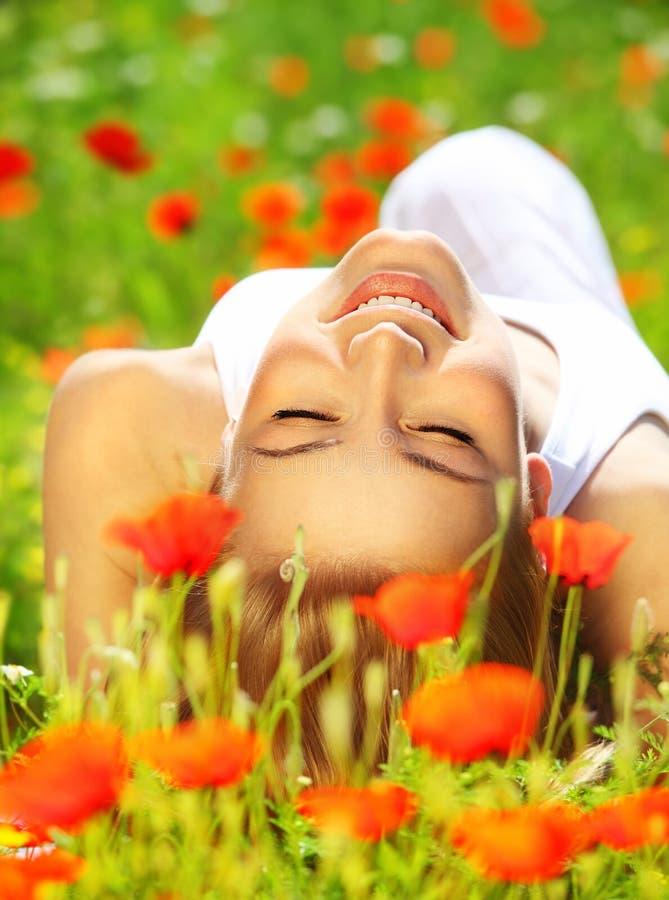 Bella stenditura femminile sul fiore file fotografie stock