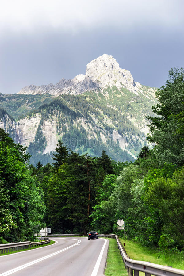 Bella strada in alpi immagini stock