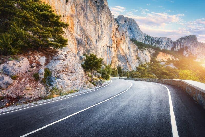 Bella strada della montagna dell'asfalto in autunno Paesaggio variopinto fotografia stock libera da diritti