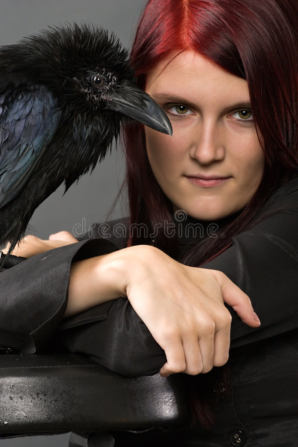 Bella strega con il corvo fotografia stock