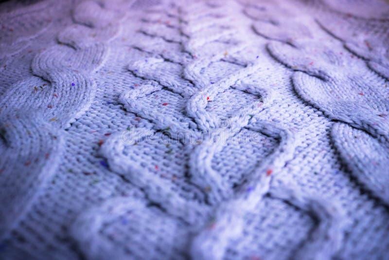 Bella struttura di un maglione naturale caldo molle con un modello tricottato dei fili I cenni storici immagine stock libera da diritti