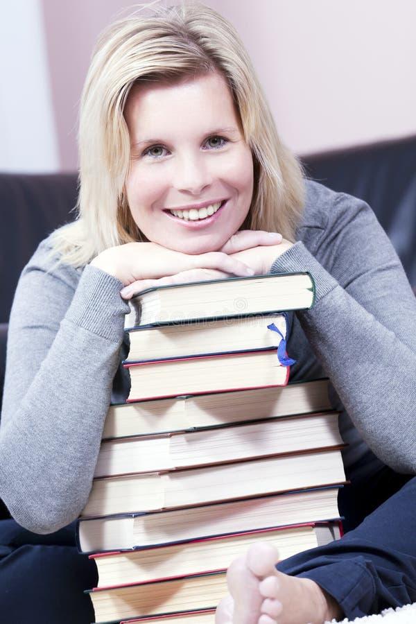 Bella studentessa bionda sorridente. fotografia stock libera da diritti