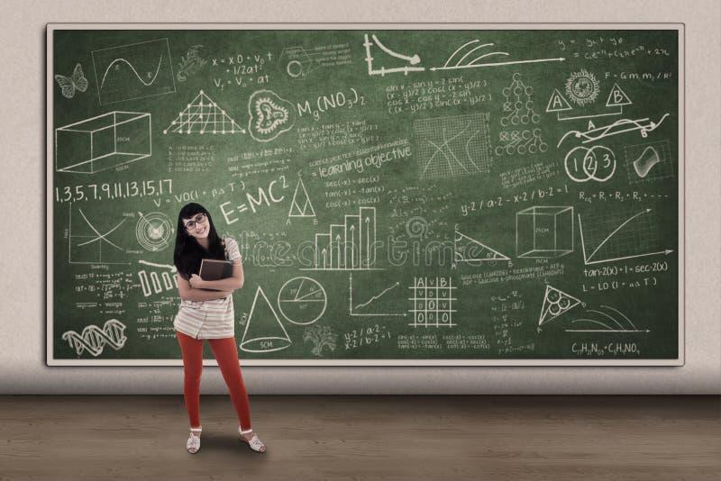 Bella studentessa e lavagna disegnata a mano illustrazione di stock