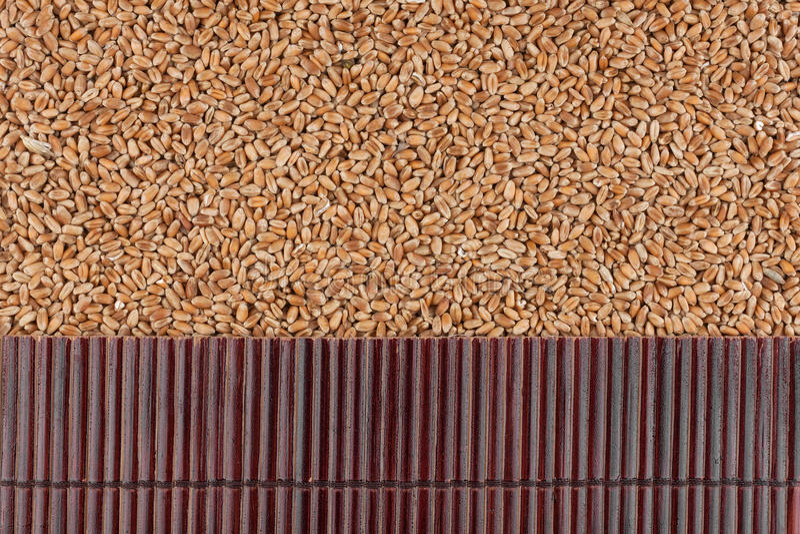 Bella stuoia di bambù sui grani del grano come fondo agricolo fotografie stock libere da diritti