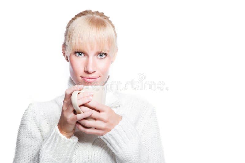 Bella tazza di caffè della holding della donna immagine stock