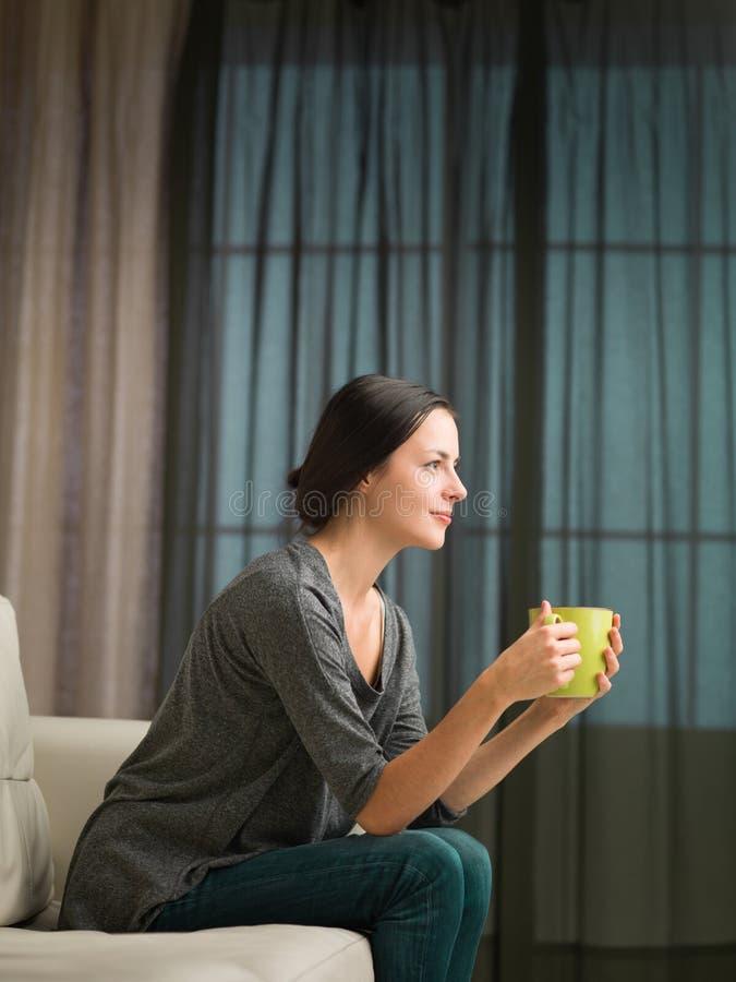 Bella tazza di caffè godente castana immagini stock libere da diritti