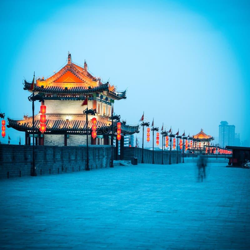 Torre antica del portone sulla parete della città in xian immagini stock