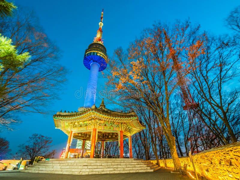 Bella torre della costruzione N Seoul di architettura sul punto di riferimento namsan della montagna di Seoul fotografia stock libera da diritti