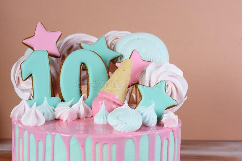 Bella torta di compleanno con il numero 10 immagine stock libera da diritti