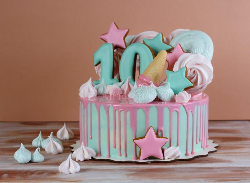 Bella torta di compleanno con il numero 10 fotografia stock libera da diritti