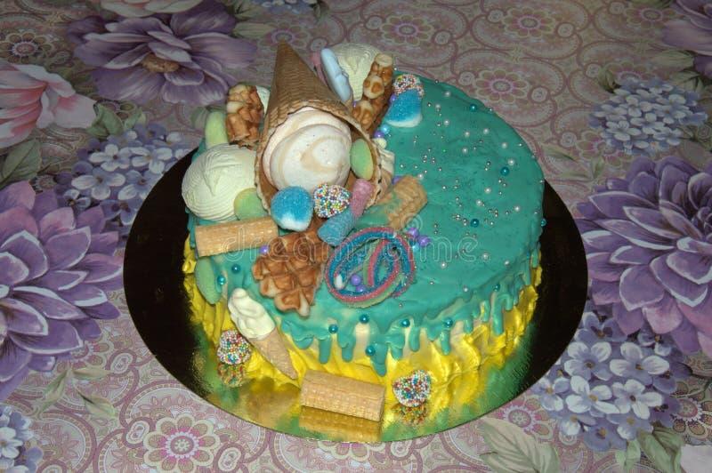 Bella torta di compleanno nella glassa con i riempitori fotografia stock
